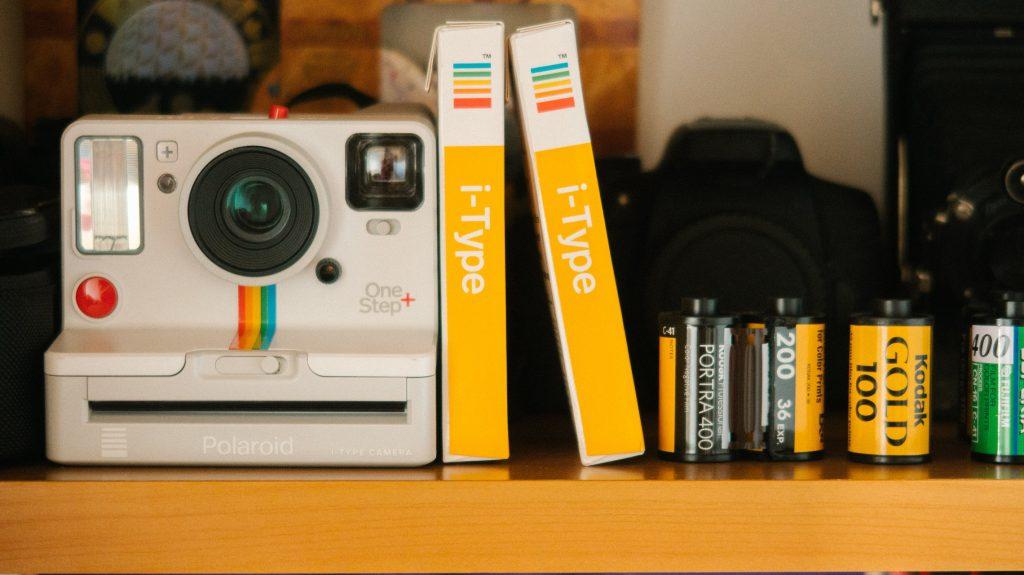 Câmera fotográfica Polaroid como parte da decoração vintage