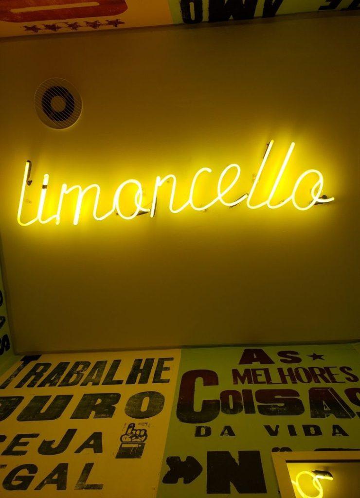 Decoração amarela com letras em neon.