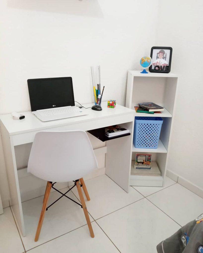 Home office montado com um conjunto de móveis Madesa, contendo a escrivaninha Rubi e uma estante livreiro.