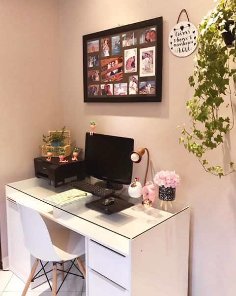 Escritório em casa decorado com fotos e plantas e contando com a escrivaninha Chicago da Madesa.