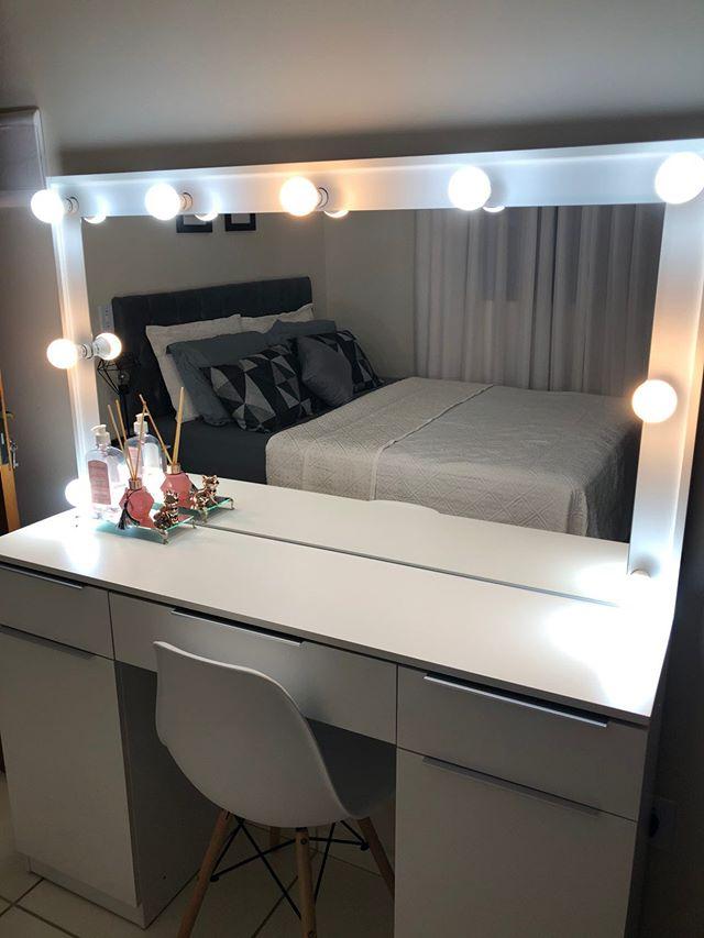 Penteadeira de cliente Madesa para exemplificar como organizar maquiagem. O móvel é branco e possui um espelho com lâmpadas de camarim.