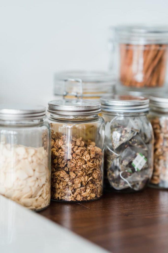 Potes de mantimentos contendo diversos grãos.
