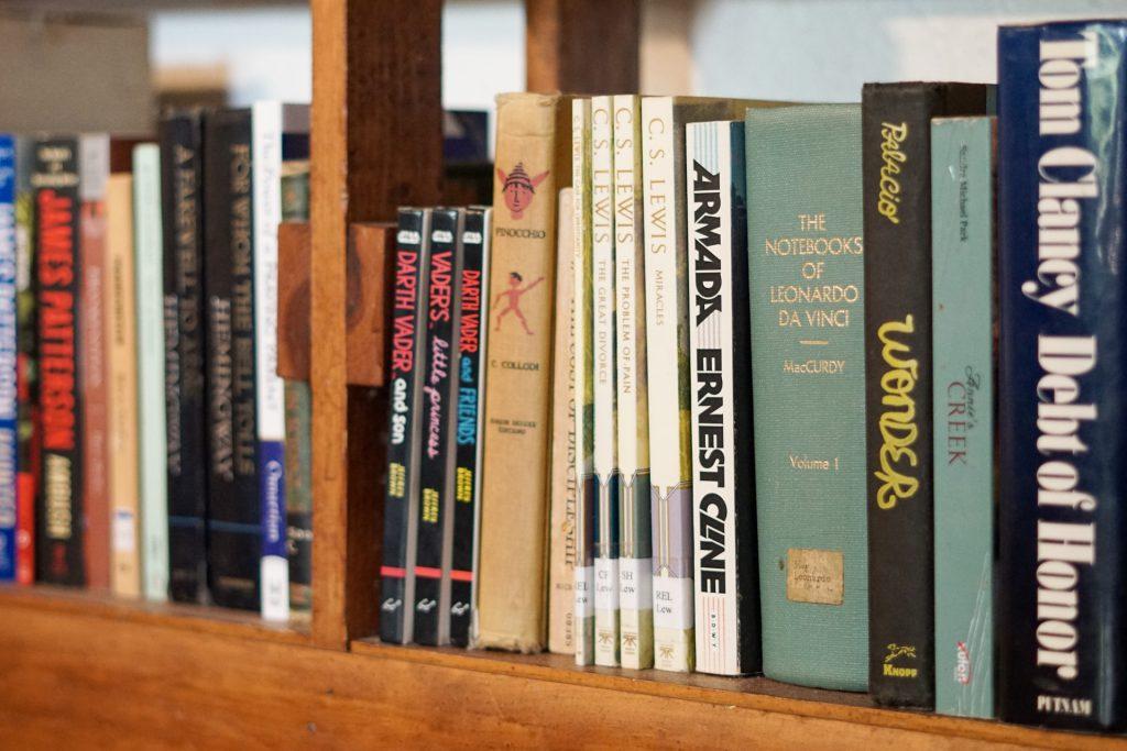 Livros organizados em uma estante
