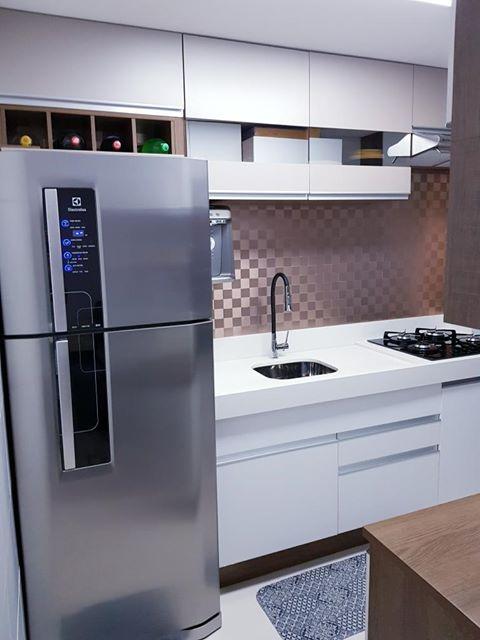 Cozinha branca Madesa como exemplo de decoração de um apartamento pequeno.