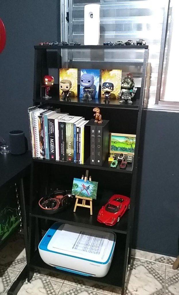 Estante Madesa com livros e objetos decorativos