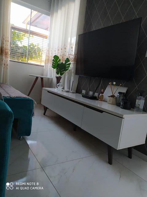 Sala de apartamento pequeno com rack branco Madesa.