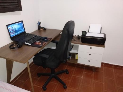 Escrivaninha Madesa com estante, um móvel multifuncional