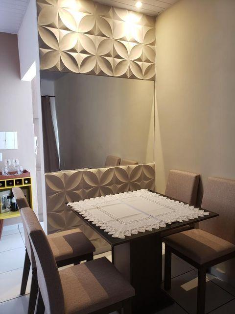 Sala de jantar com conjunto de mesa Madesa como exemplo de decoração de apartamento pequena