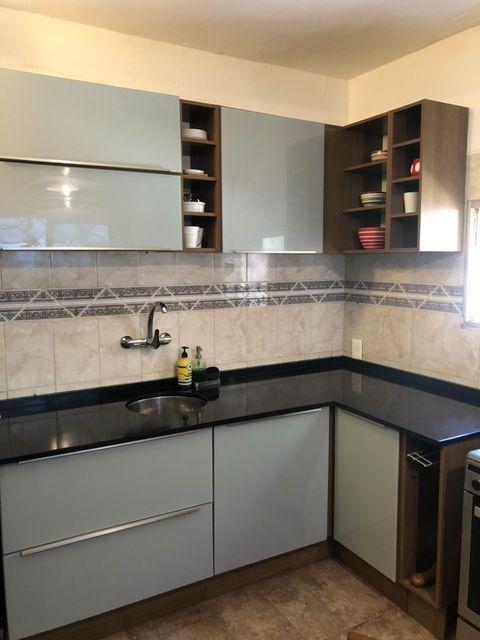Cozinha Madesa na cor cinza como exemplo de decoração de apartamento pequeno