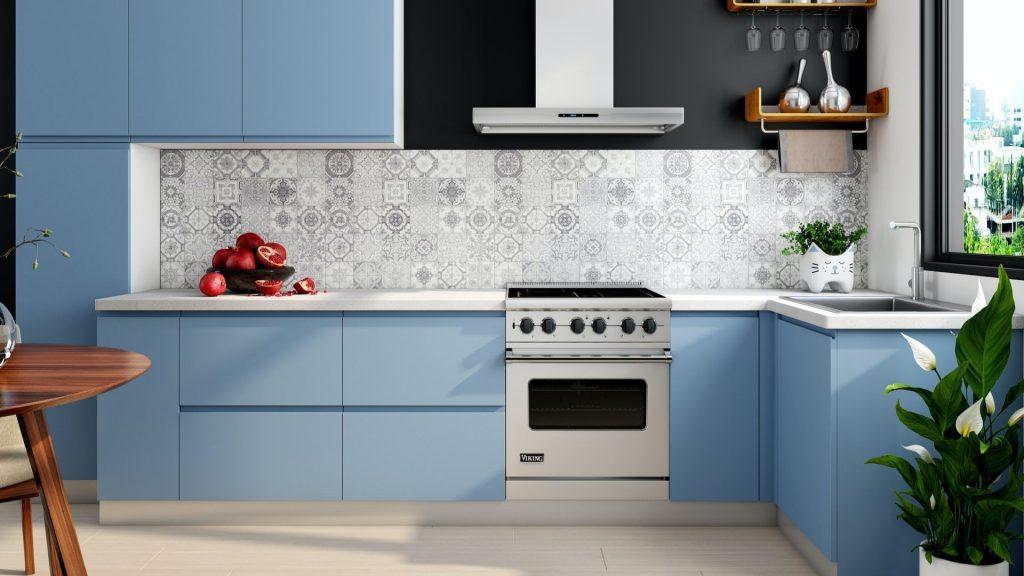 Cozinha com a bancada toda azul como exemplo de um dos estilos de cozinha, o color block