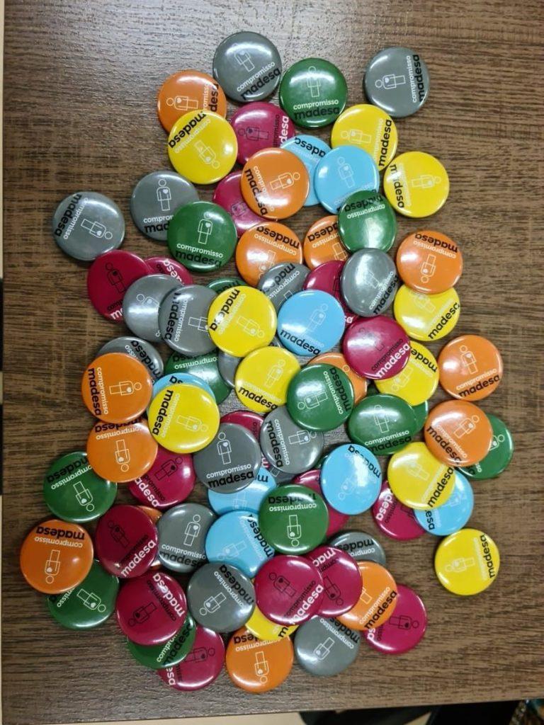 Botons coloridos do Compromisso Madesa