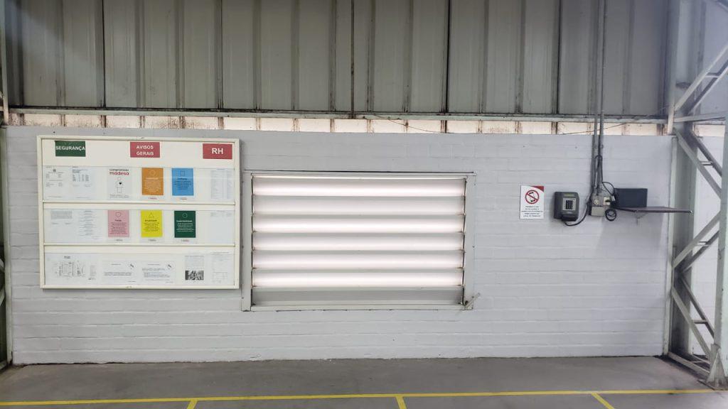 Banner do Compromisso Madesa colado na parede da fábrica