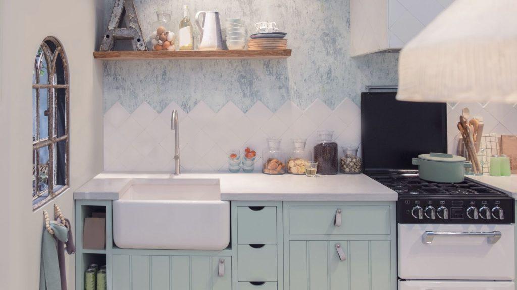 Cozinha azul com decoração country, um dos estilos de cozinha que remete ao campo e à fazenda.