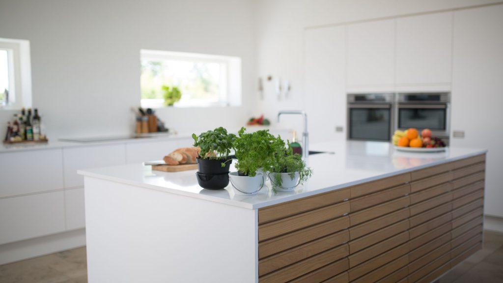 Cozinha do estilo escandinavo, que preza por tons brancos e pelo minimalismo.