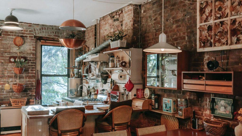 A cozinha shabby chic aposta em uma decoração provençal.