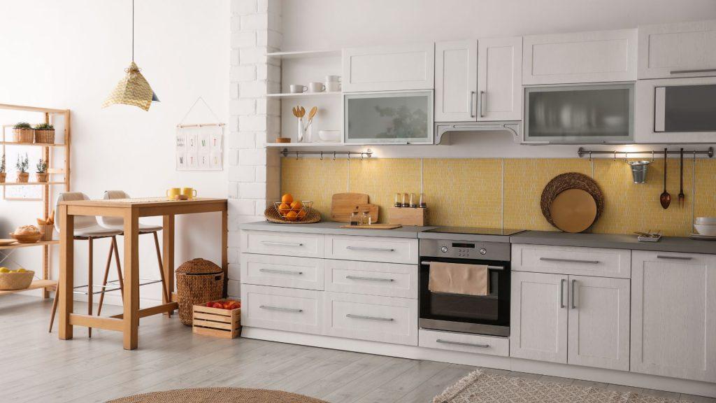 A cozinha do estilo tradicional tem móveis com design clássico.