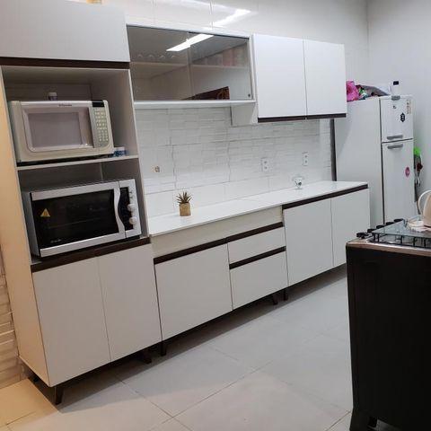 Cozinha Reims Madesa branca, exemplo de como usar tons neutros nesse ambiente.