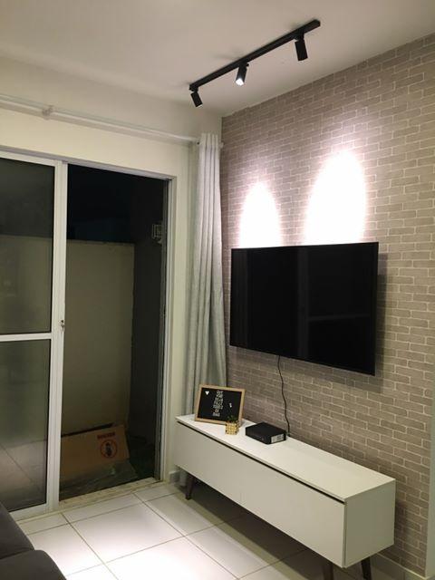 Rack Madesa na sala de um cliente com papel de parede em alto relevo.