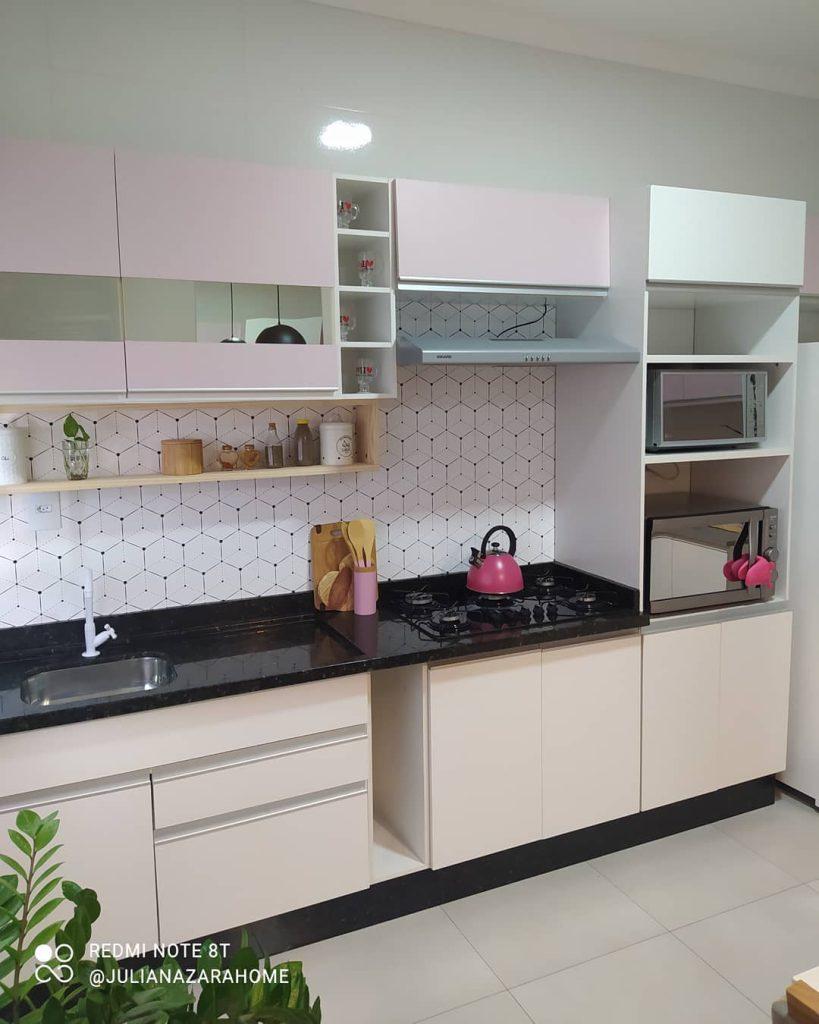 Cozinha Madesa branca da linha Glamy, com alguns balcões em cor rosa claro e a parede em azul bebê.