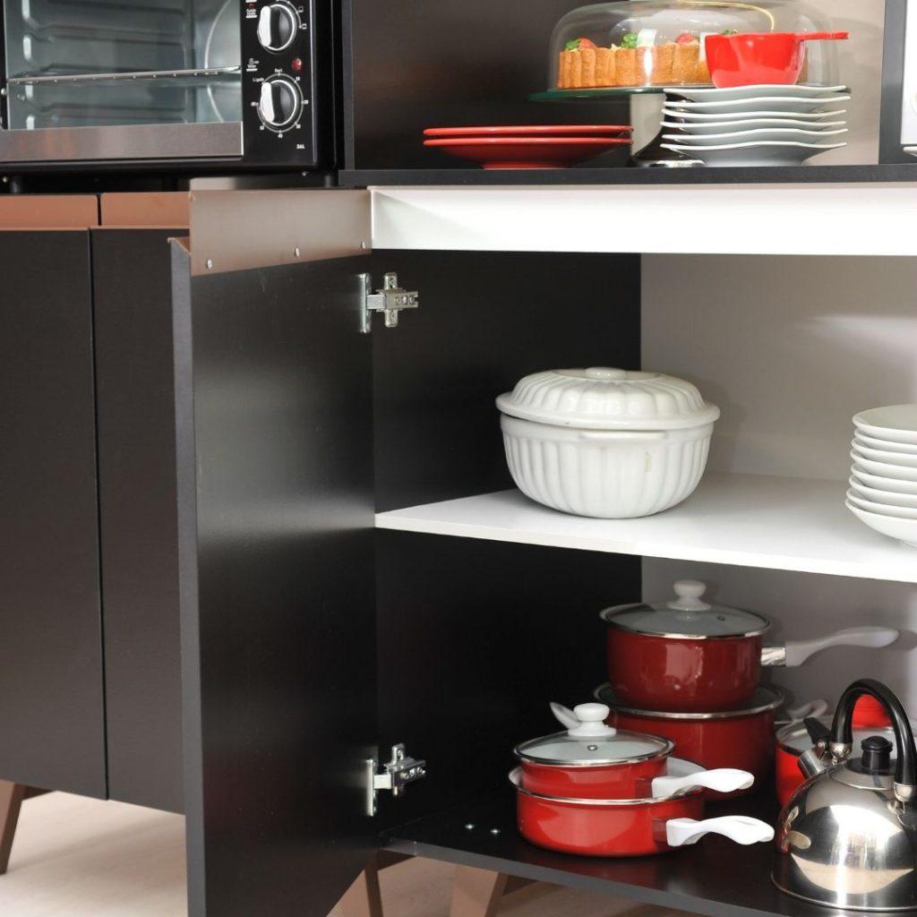 Panelas dentro do balcão da cozinha Reims como exemplo de uma cozinha organizada.