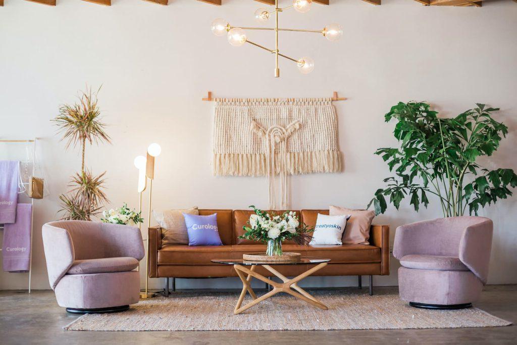 Ambiente Boho decorado com móveis vintage, tapetes, plantas e artesanato, como o macramê.