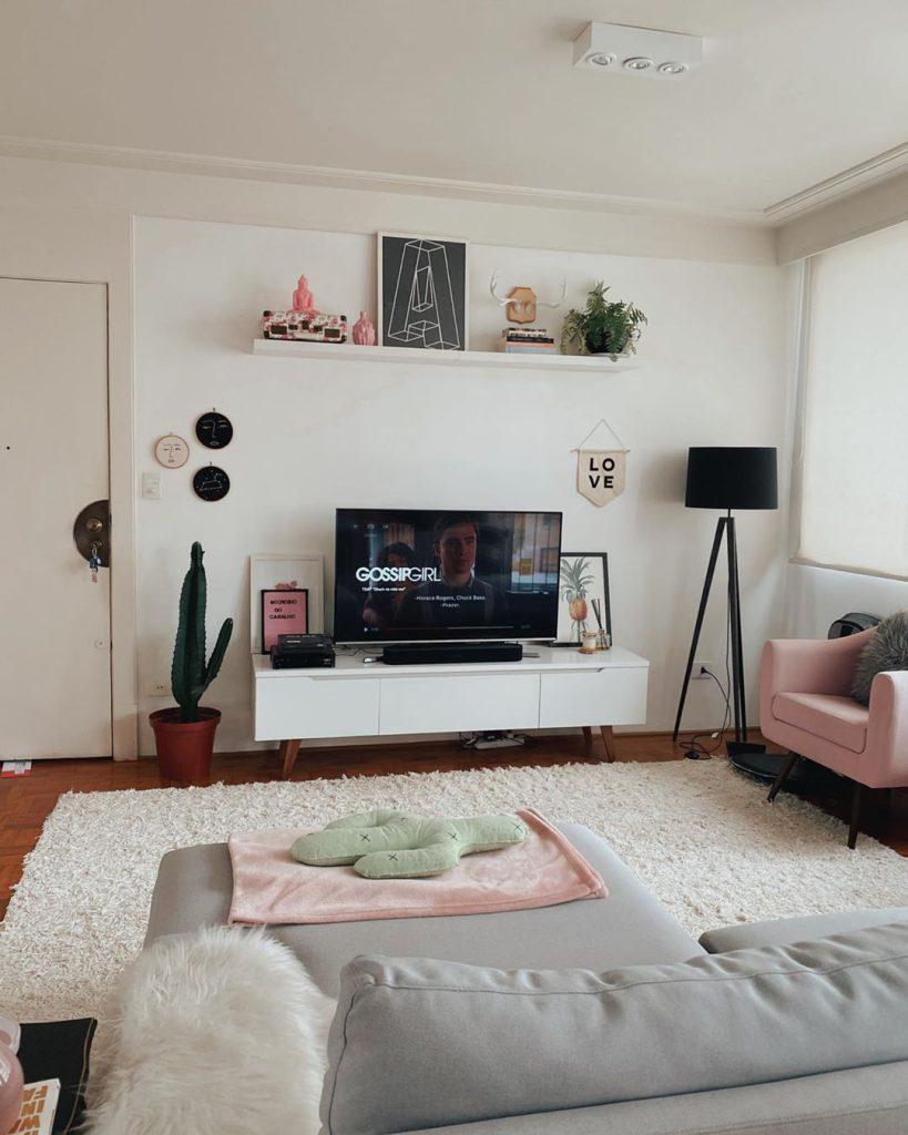 Sala de estar de cliente Madesa com peças decorativas em rosa bebê, uma das candy colors.
