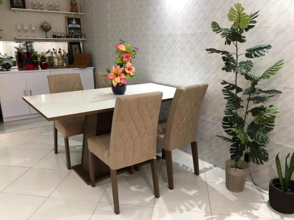 Nova sala de jantar da cliente, contando com o conjunto Ingrid da Madesa nas cores amadeirado rustic e branco.