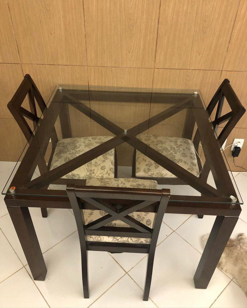 Cozinha antiga da cliente Samara, com uma mesa de madeira escura e tampo de vidro.