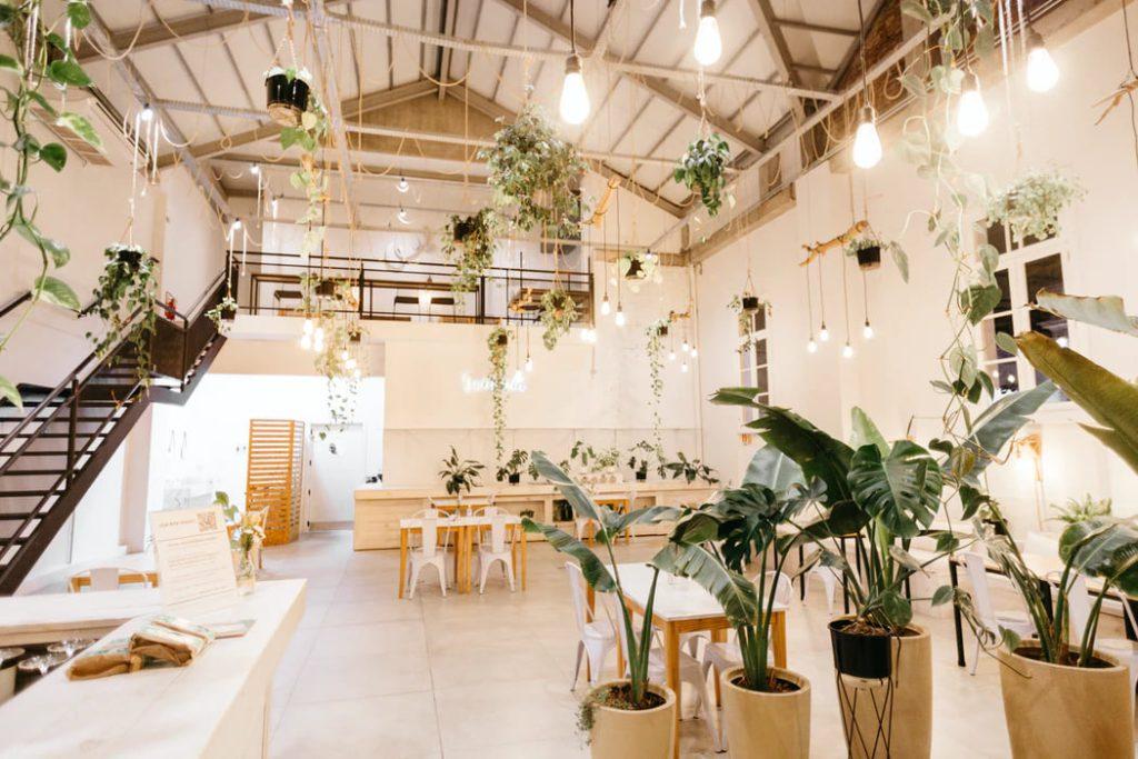 Casa em conceito aberto decorada com plantas.