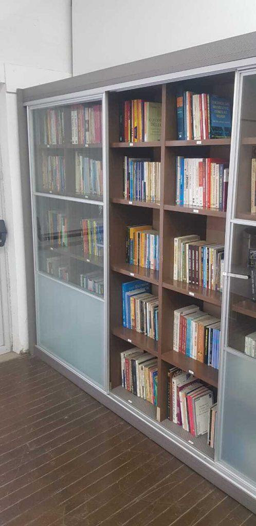 Estante de livros da nossa Biblioteca.