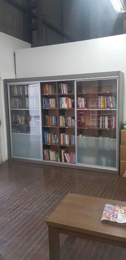 Estante de livros da biblioteca Madesa.
