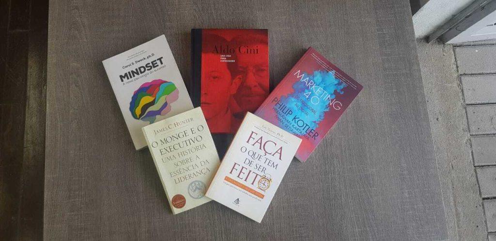 Os mesmos livros em cima de uma mesa na Biblioteca Madesa.