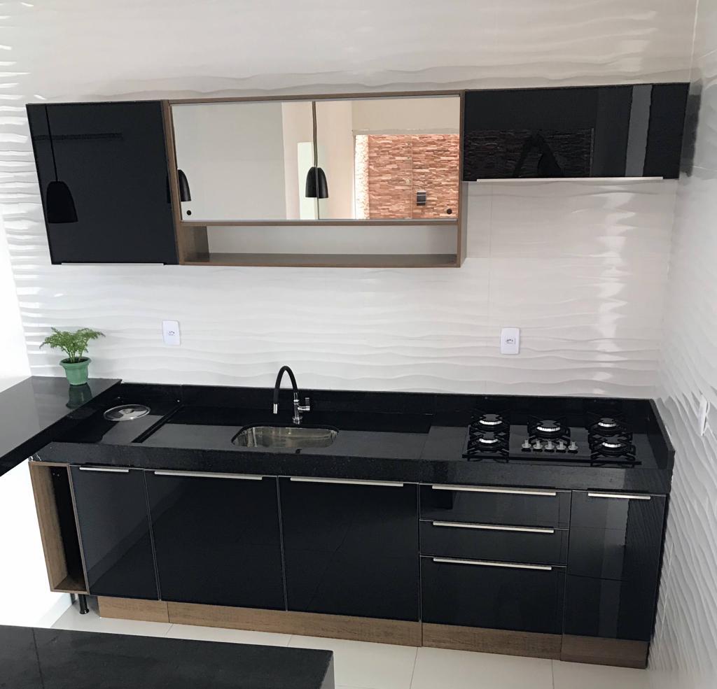 Cozinha Lux preta com armário aéreo em vidro reflex.