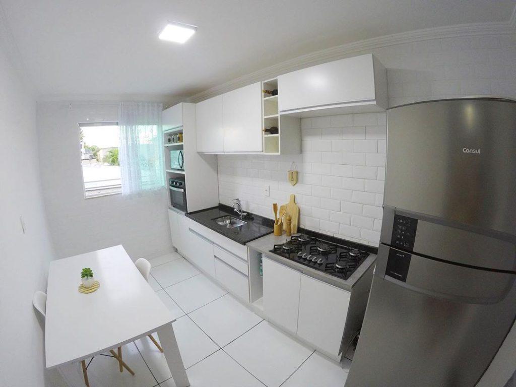 Cozinha branca de cliente Madesa como exemplo de minimalismo.