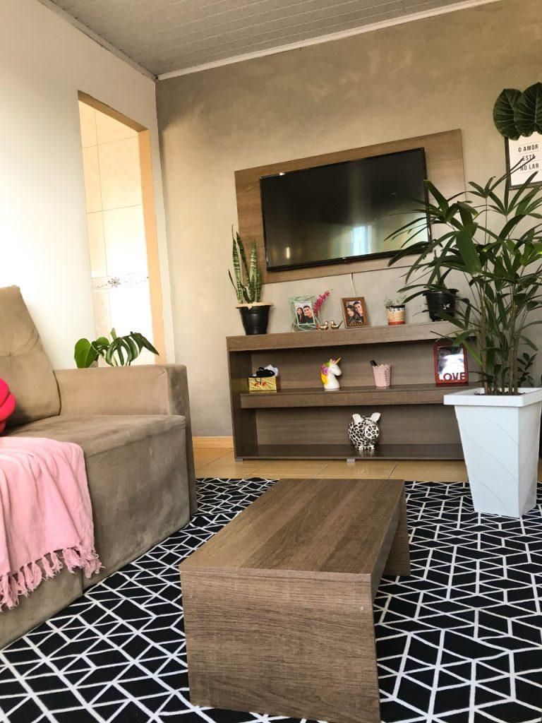 Sala de estar com rack, painel de TV e mesa de centro Madesa.