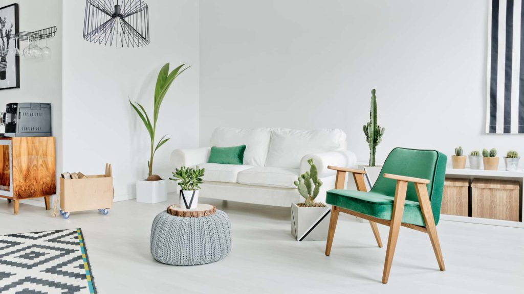 Sala de estar no estilo escandinavo, priorizando elementos naturais na decoração como a madeira.